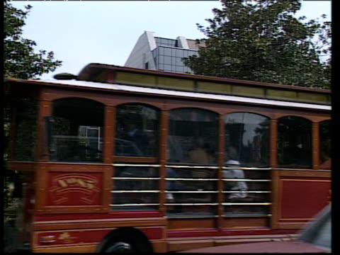 vidéos et rushes de old fashioned tourist tram moves past country music hall of fame - tennessee