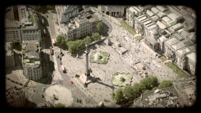 vídeos de stock e filmes b-roll de old film aerial view of trafalgar square, london, uk. 4k - grupo mediano de animales