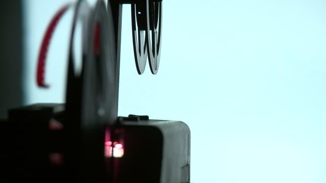 hd: alte film-projektor - 8mm filmprojektor stock-videos und b-roll-filmmaterial