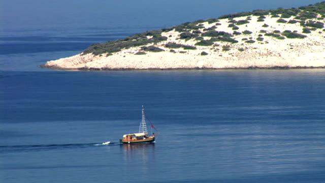 stockvideo's en b-roll-footage met hd: old fishing barge - cres kroatië