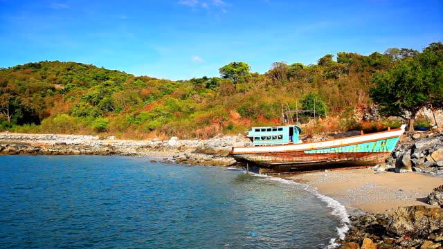 vídeos de stock, filmes e b-roll de velho barco de pesca na praia. - vista do mar