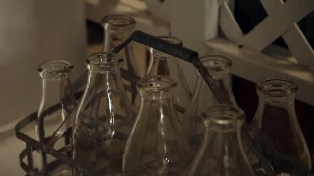 old glass milk bottles - mellanstor grupp av objekt bildbanksvideor och videomaterial från bakom kulisserna