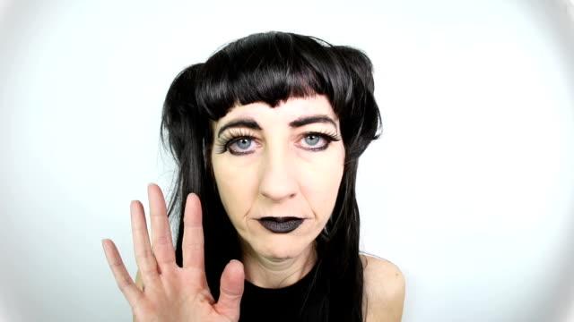 vídeos de stock, filmes e b-roll de mulher velha de goth que tenta flirt - feiura