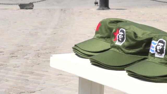 old havana, cuba: che guevara image as a tourist souvenir in a green olive cap - お土産点の映像素材/bロール