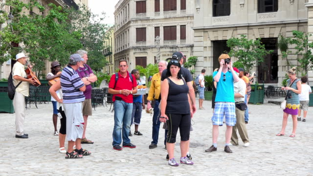 old havana, cuba: group of tourists in the saint francis of assisi plaza. - shorts stock-videos und b-roll-filmmaterial