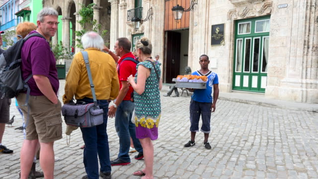 vidéos et rushes de old havana, cuba: group of tourists visiting the unesco world heritage site which is rich in old colonial architecture - guide