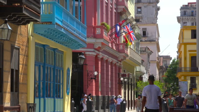 old havana, cuba: old colourful colonial buildings and the everyday lifestyle in the city - カラフル点の映像素材/bロール