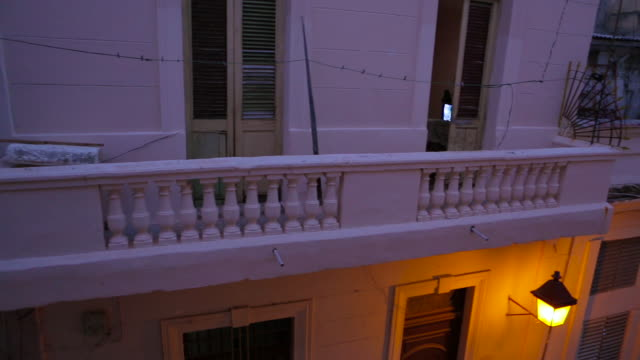 stockvideo's en b-roll-footage met old havana cuba pan with people crossing - balkon