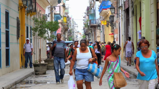 old havana, cuba: real people everyday lifestyle in the unesco world heritage site - カリブ点の映像素材/bロール