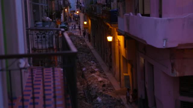 vidéos et rushes de old havana cuba street scene at dusk - délabré