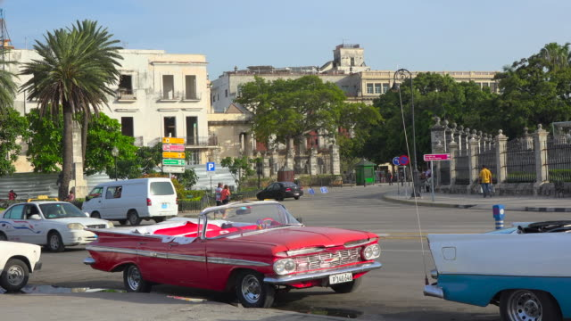 old havana, cuba: vintage cars parked in 'el malecon'. they are used as tourist taxis for giving tours of the unesco world heritage site - stationary点の映像素材/bロール