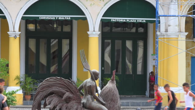 old havana, cuba: zoom in to details of the old plaza (plaza vieja) - plaza vieja stock videos and b-roll footage
