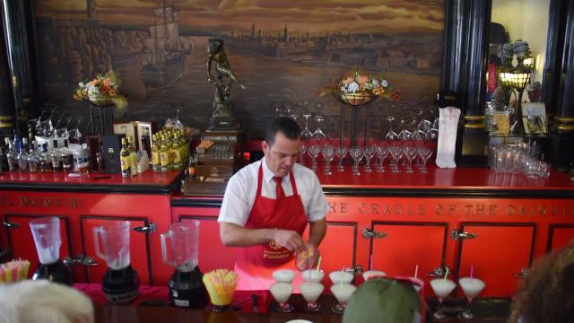 vídeos y material grabado en eventos de stock de old havana, cuba-circa july 2017: a general ambiance view of 'el floridita' bar and restaurant including the audio. the famous place was one of the... - cóctel tropical