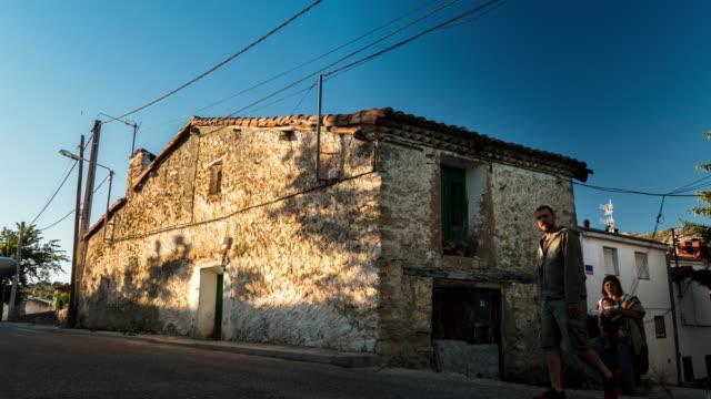 vidéos et rushes de maison ancienne d'une petite ville en espagne avec l'ombre du coucher de soleil timelpase - dépression terrestre