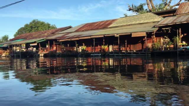 川沿いの古い家 - tropical climate点の映像素材/bロール
