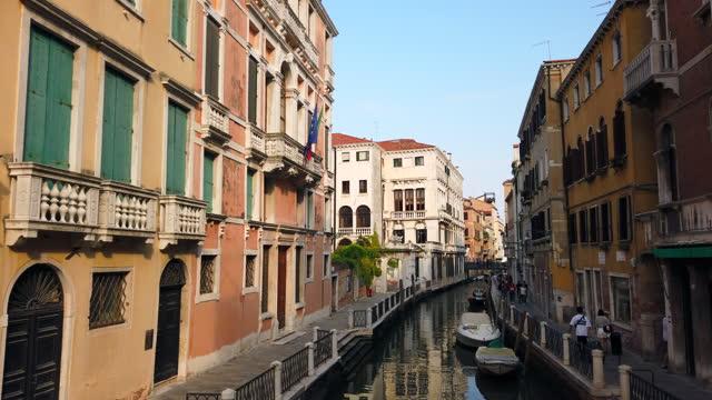 vecchie case e vista sul canale a venezia, italia - tourism video stock e b–roll