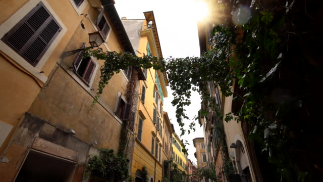 old houses in rome - vicolo video stock e b–roll