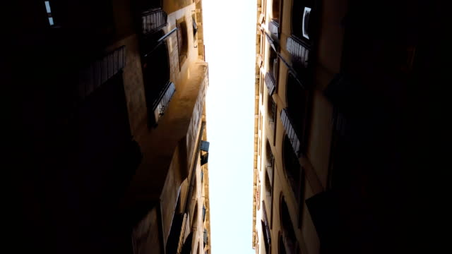 stockvideo's en b-roll-footage met oude huizen in venice (venetië), italië - narrow