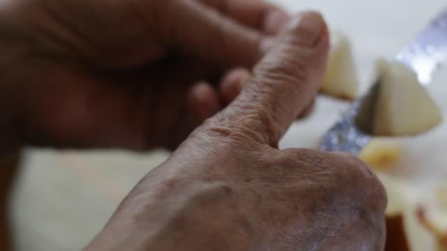gamla mänskliga händer - människofinger bildbanksvideor och videomaterial från bakom kulisserna