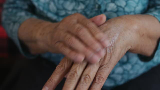 古い人間の手 - マッサージする点の映像素材/bロール