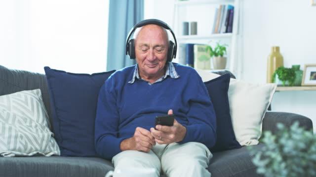 vidéos et rushes de vieux dans l'âge, jeune dans l'âme - octogénaire et plus