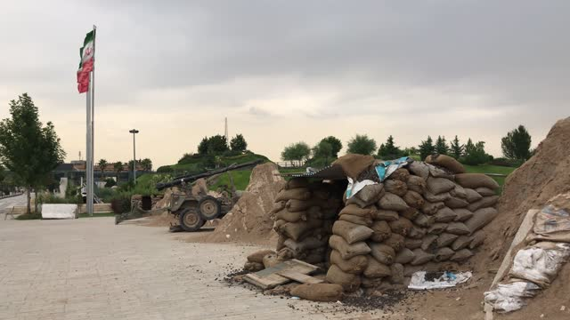 altes iranisches militärarsenal im öffentlichen park in teheran ausgestellt - war stock-videos und b-roll-filmmaterial