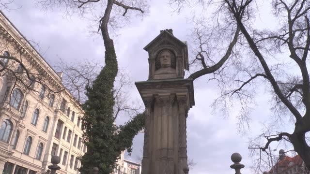 """old"" johann sebastian bach monument"" in leipzig - johann sebastian bach stock-videos und b-roll-filmmaterial"