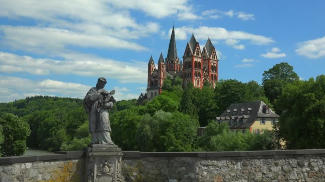 stockvideo's en b-roll-footage met old lahn bridge and cathedral of limburg, limburg an der lahn, westerwald, hesse, germany, europe - mannelijke gelijkenis