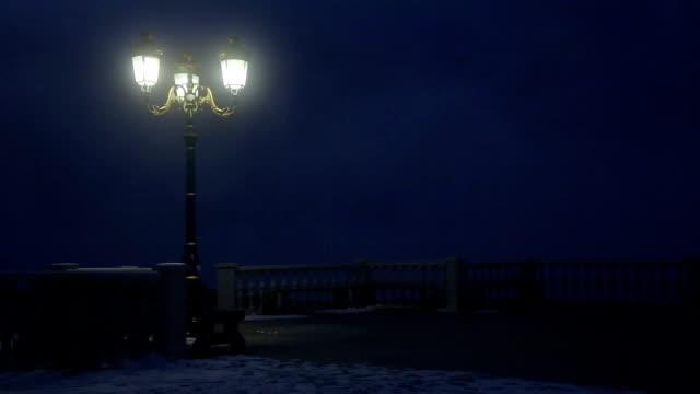 旧ランタン夜に霧の公園