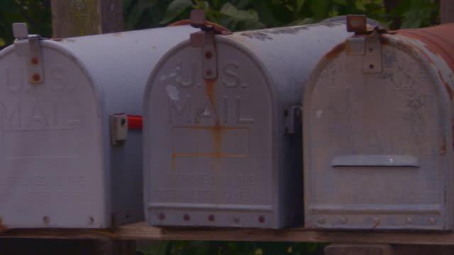 vidéos et rushes de old mailboxes close up pan - quatre objets