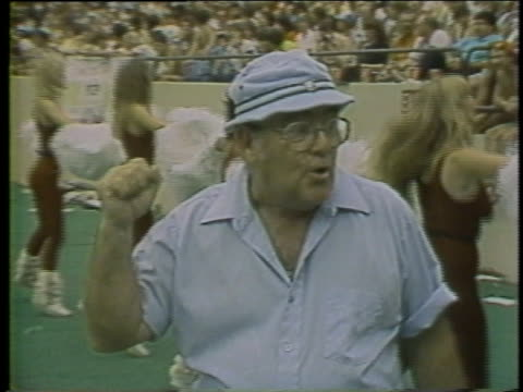 vídeos y material grabado en eventos de stock de 1983 ms old man dancing along with cheerleaders on football field during usfl game / usa - hincha