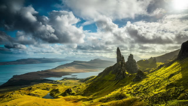 old man of storr in schottland-time lapse - schottisches hochland stock-videos und b-roll-filmmaterial