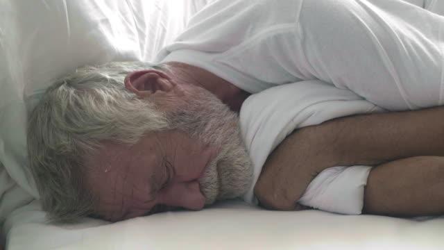 自宅でベッドの上の老人 - アキレス腱点の映像素材/bロール