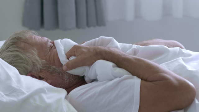 vídeos de stock, filmes e b-roll de homem idoso na cama - telencéfalo