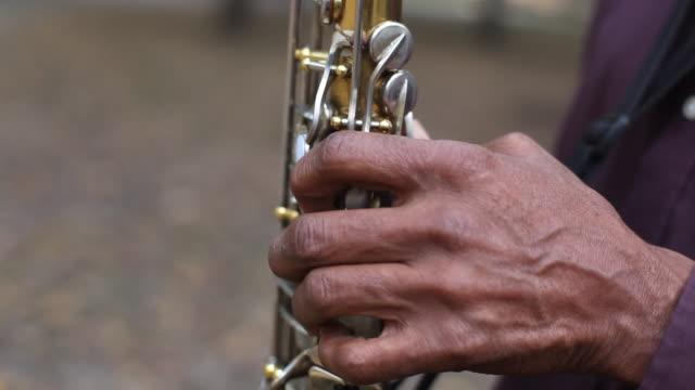 stockvideo's en b-roll-footage met old man plays saxophone in new york city park - saxofonist