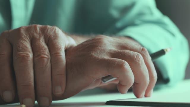 vidéos et rushes de forme de lecture de vieil homme - avocat juriste