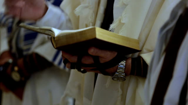 alter mann lesen torah - judaism stock-videos und b-roll-filmmaterial