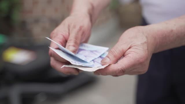 vídeos y material grabado en eventos de stock de old man receiving his pay for collected wastepaper, seoul, south korea - corea del sur