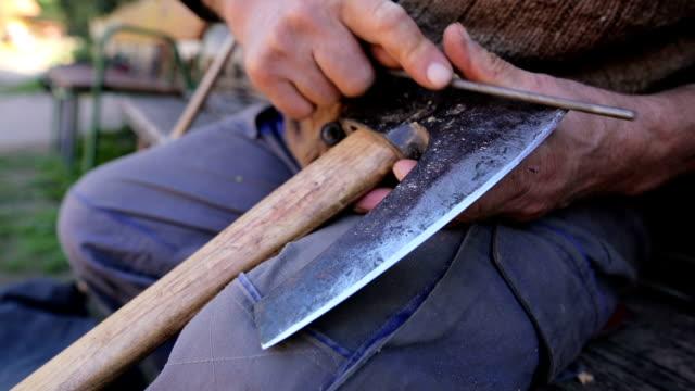 歳の男性でシャープの斧 - 研ぐ点の映像素材/bロール