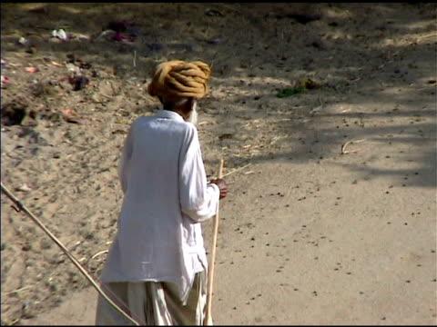 old man walking 、スタッフがインドに - 羊飼いの棒点の映像素材/bロール
