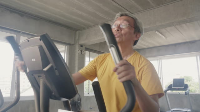 Old Man Workout auf Laufmaschine