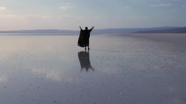 vídeos de stock, filmes e b-roll de antigo médio oriente homem orando a deus na água - lago reflection