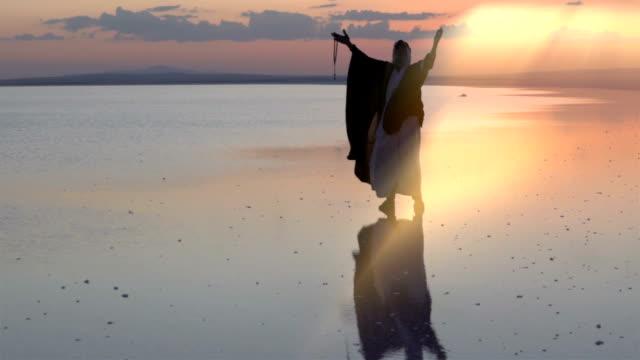 Oude Midden Oost-man bidden tot god op het water