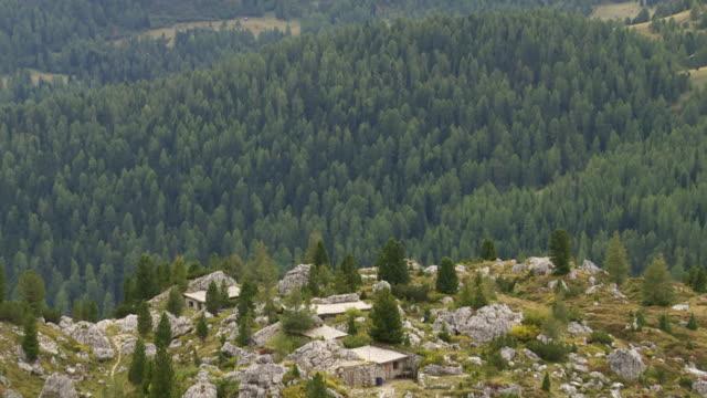 vidéos et rushes de old militaire emplacement dans les dolomites inclinaison vers le haut - culture autrichienne