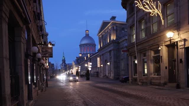 マルシェ・ボンセクールに向かって見ている夕暮れ時の12月下旬のオールドモントリオールシティライフストリートシーン - モントリオール旧市街点の映像素材/bロール