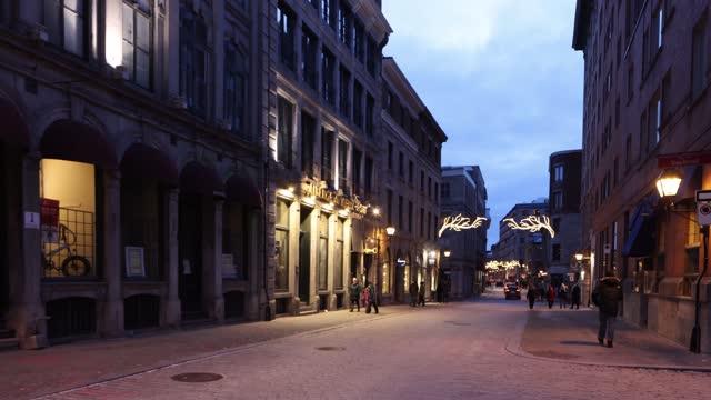 夕暮れ時の12月下旬のオールドモントリオールシティライフストリートシーン - モントリオール旧市街点の映像素材/bロール