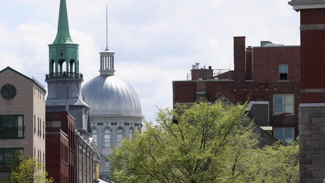 vídeos y material grabado en eventos de stock de cúpula de la antigua marche bonsecours de montreal con edificios residenciales y campanario de iglesia - vieux montréal