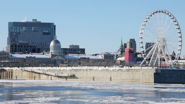 晴れた冬の日に観覧車とドックと古いモントリオールのビデオクリップ - モントリオール旧市街点の映像素材/bロール