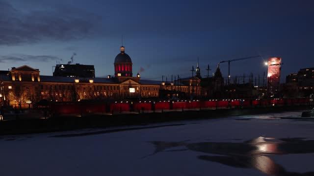 冬の夜に照らされたモントリオールのマルシェ・ボンセクール - モントリオール旧市街点の映像素材/bロール