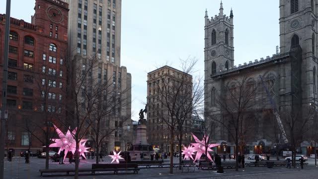 クリスマスパンアップでオールドモントリオールの腕の場所ストリートシーン - モントリオール旧市街点の映像素材/bロール